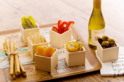 使用例:小さな折箱にオリーブやドライフルーツ、チーズなどのおつまみを
